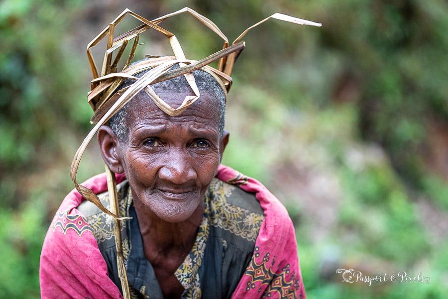 Travel photography tips for beginners: Batwa tribeswoman, Uganda
