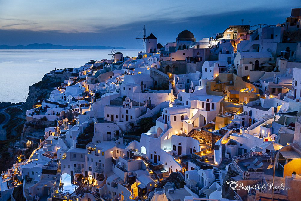 Travel photography tips for beginners: Oia in Santorini at sunset