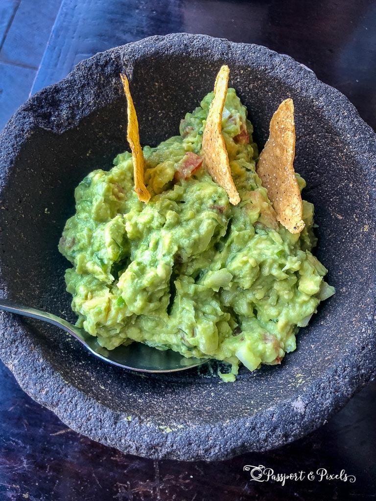 Guacamole and totopos